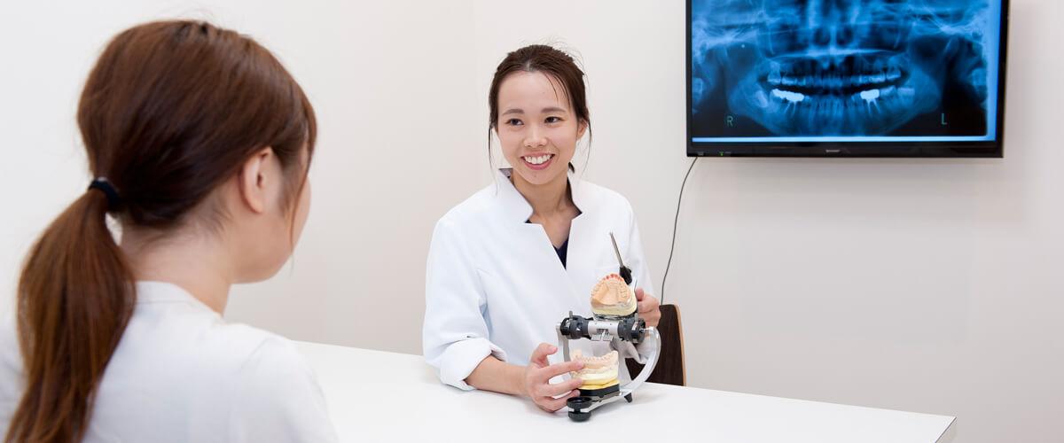 歯科医師による歯列矯正の説明